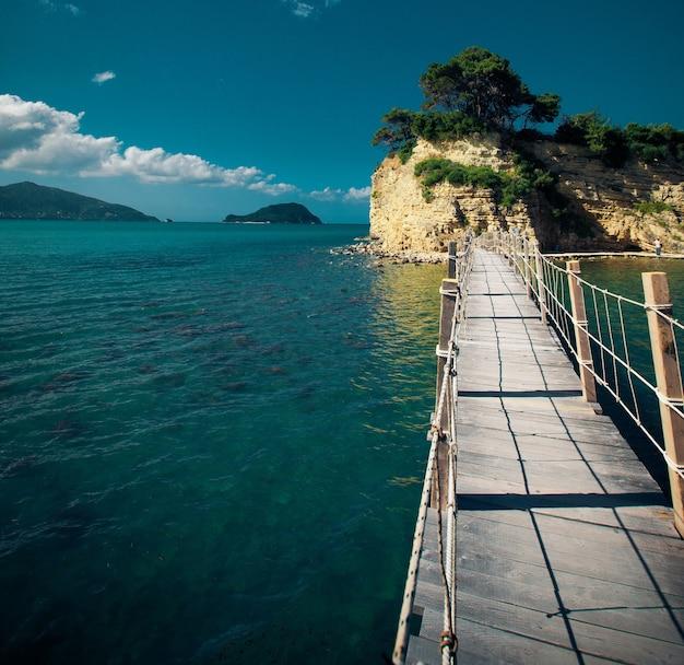 Conceito de viagens e férias - zakynthos, uma ponte para a ilha