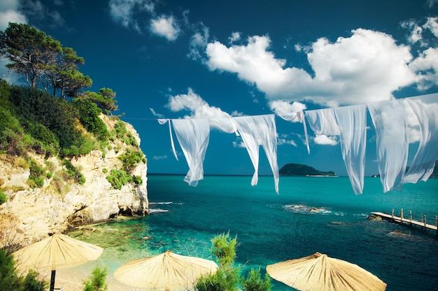 Conceito de viagens - ilha paradisíaca, mar, céu, verão. agios sostis na ilha de zakynthos, grécia.