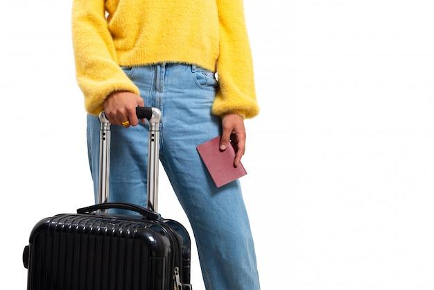Conceito de viagens. menina mulher feliz com mala e passaporte