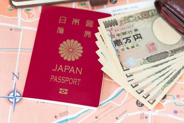 Conceito de viagens ou turismo. passaporte e notas japonesas no mapa