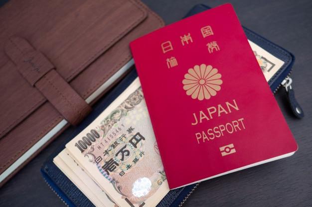 Conceito de viagens ou turismo. passaporte japonês com nota na mesa