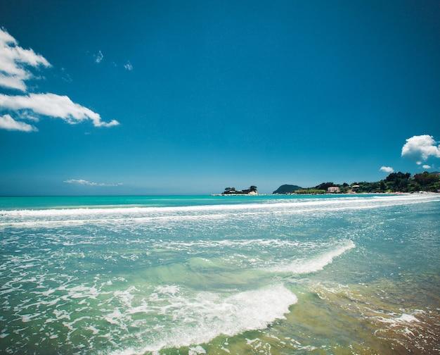 Conceito de viagens - praia com nuvens e céu azul