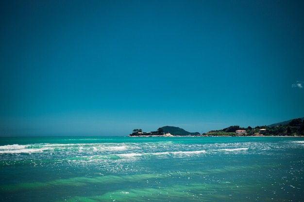 Conceito de viagens - praia verão com nuvens e céu azul