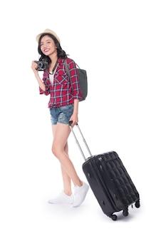 Conceito de viagens. retrato de corpo inteiro de uma bela jovem asiática com chapéu, mochila e valise
