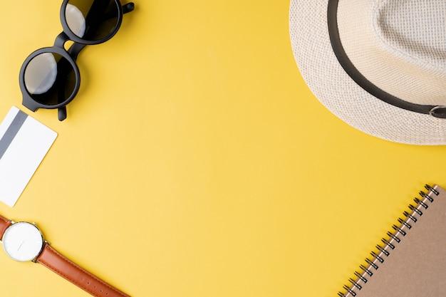 Conceito de viagens vista superior com acessórios em fundo amarelo
