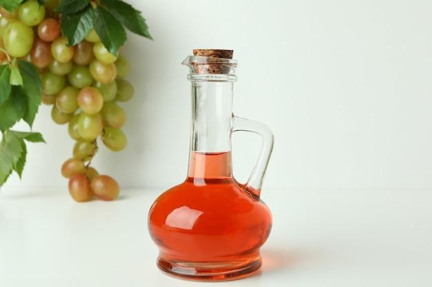 Conceito de vinagre de uva em fundo branco