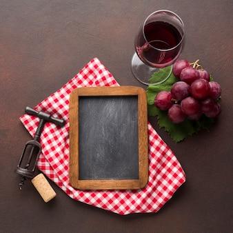 Conceito de vinho tinto com lousa de espaço de cópia