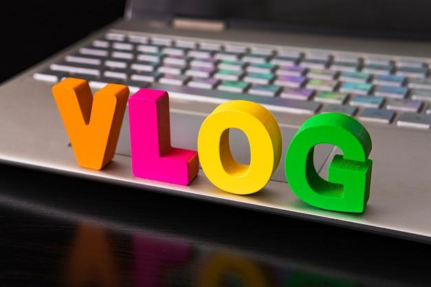 Conceito de vlog ou videoblog com palavras de vlog de letras engraçadas no teclado do computador de fundo