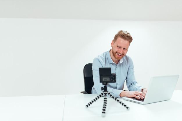 Conceito de vlogging de negócios. homem de negócios de sorriso que filma a apresentação da classe executiva.