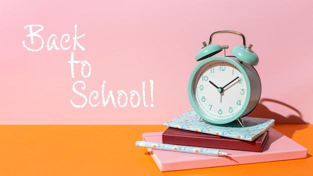 Conceito de volta às aulas com relógio