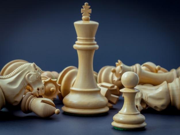 Conceito de xadrez salvar o rei e salvar a estratégia.
