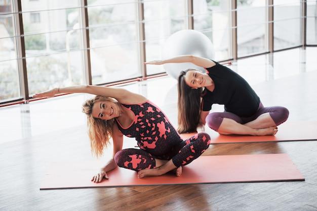 Conceito de yoga e fitness gravidez.
