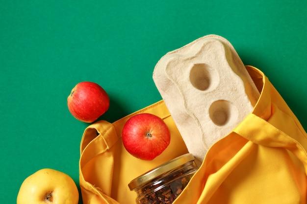 Conceito de zero desperdício e cuidar do meio ambiente. pacote de compras de comida grátis. eco amigável saco natural com frutas orgânicas. itens livres de plástico. reutilize, reduza, recuse. vista do topo.