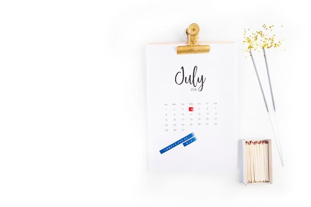 Conceito decorativo do dia da independência dos eua com copyspace e calendário