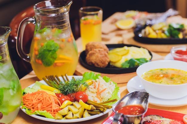 Conceito delicioso da refeição da celebração da tabela do alimento. muita comida. servido para casamento, aniversário, outros feriados. banquetes no restaurante.
