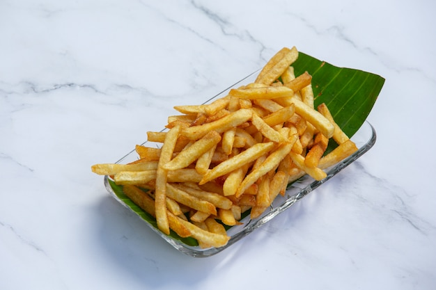 Conceito delicioso dourado do petisco das batatas fritas.