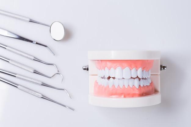Conceito dental equipamentos saudáveis ferramentas atendimento odontológico