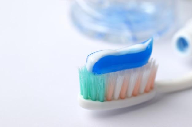 Conceito dental. escova de dentes com creme dental, close-up