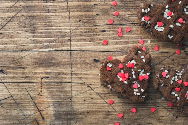 Conceito dia dos namorados. bolinhos de microplaqueta de chocolate em uma tabela de madeira. cartão de saudação espaço da cópia