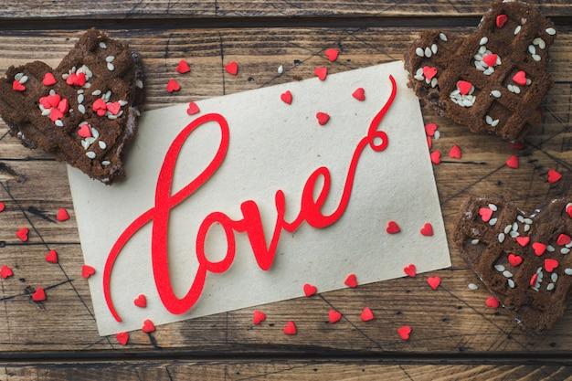 Conceito dia dos namorados. bolinhos de microplaqueta de chocolate em uma tabela de madeira. cartão de saudação