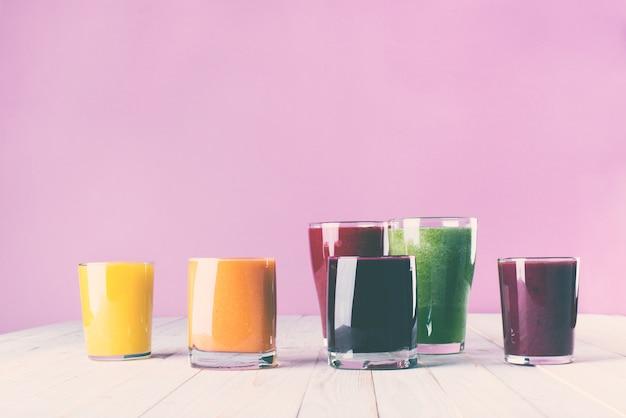 Conceito diferente da saúde dos vidros do batido dos sucos