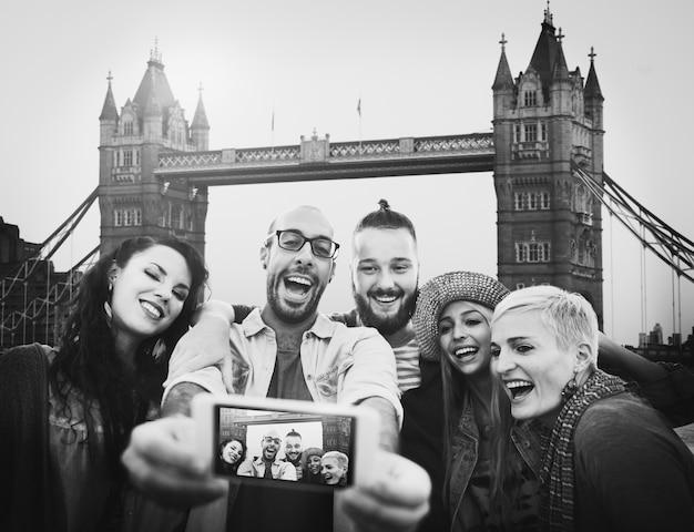 Conceito diverso de selfie da ligação do divertimento dos amigos do verão