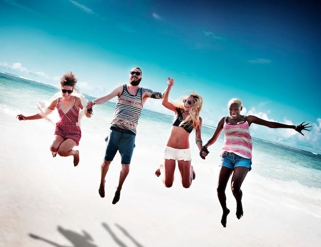 Conceito diverso do tiro em ponte do divertimento dos amigos do verão da praia