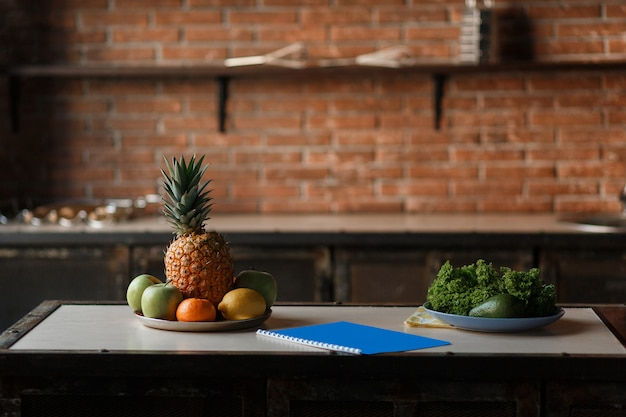 Conceito do alimento da dieta da desintoxicação das frutas e legumes. maçã fresca, limão, abacaxi, abacate