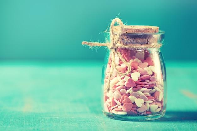 Conceito do amor com os frascos em um fundo de turquesa, tonificação pastel.