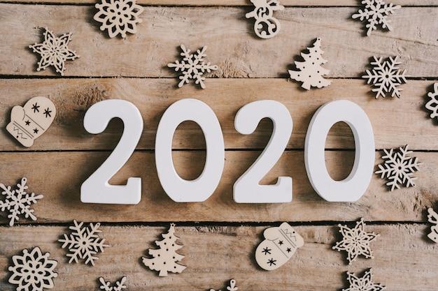Conceito do ano 2020 novo no fundo de madeira da tabela e da decoração do natal.