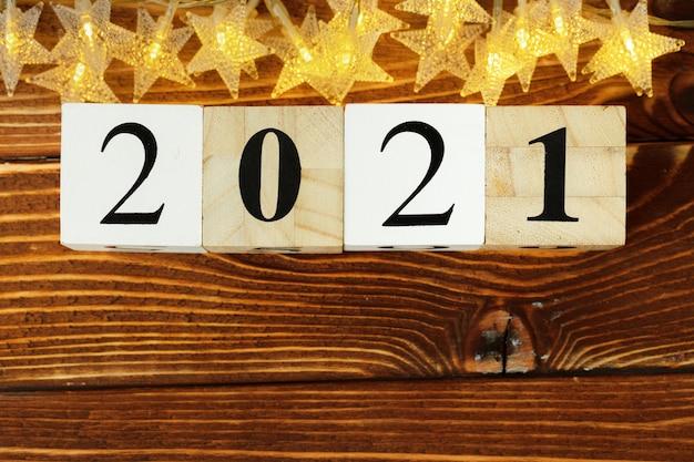 Conceito do ano 2021. estrelas douradas com 2021 números na mesa de madeira
