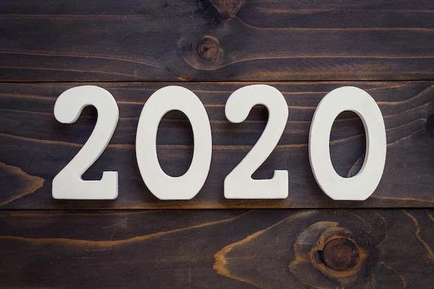 Conceito do ano novo - numere 2020 para o ano novo em uma tabela de madeira.