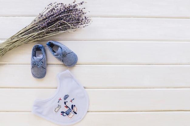 Conceito do bebê com ramos e babadores