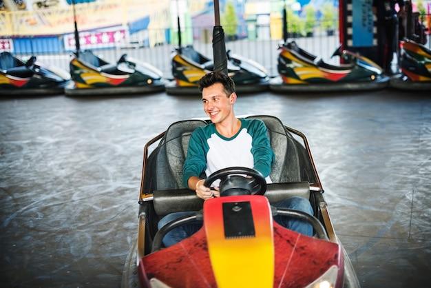 Conceito do carro abundante do funfair do parque de diversões