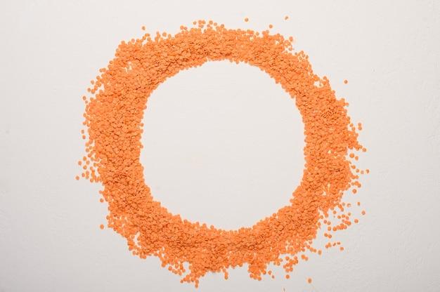 Conceito do círculo de lentilhas no centro do lugar para texto de dieta saudável