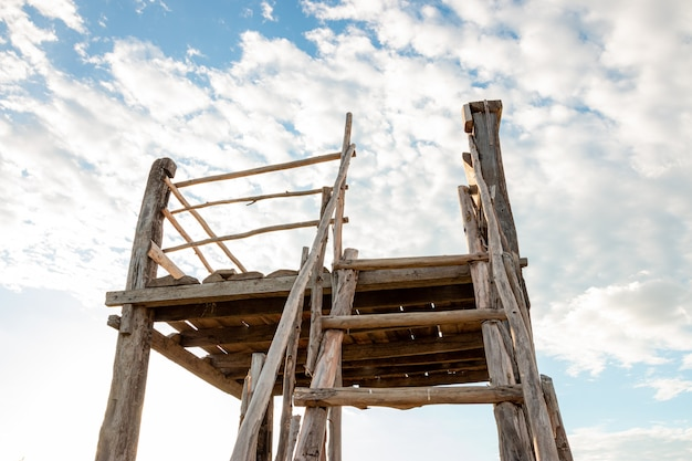 Conceito do crescimento da carreira da motivação da realização. escada de madeira que leva a um céu azul