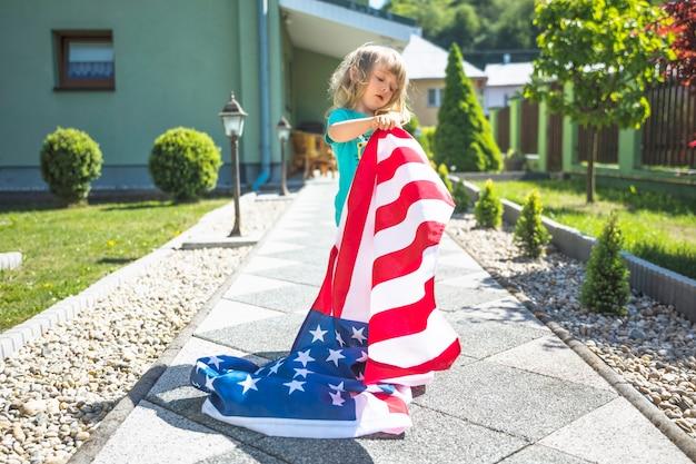 Conceito do dia da independência com a menina no jardim