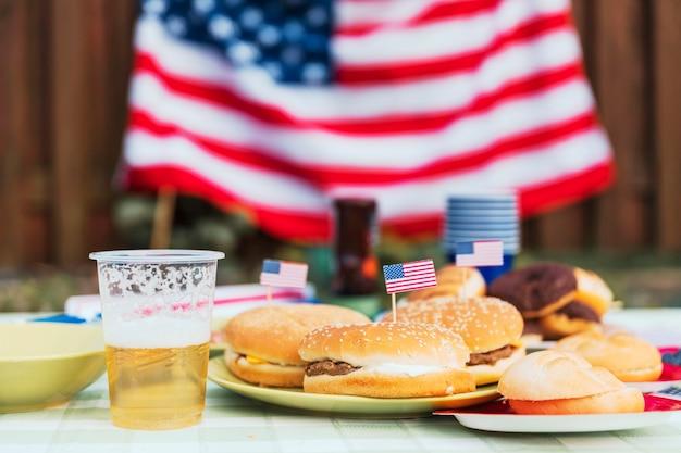 Conceito do dia da independência com hambúrguer
