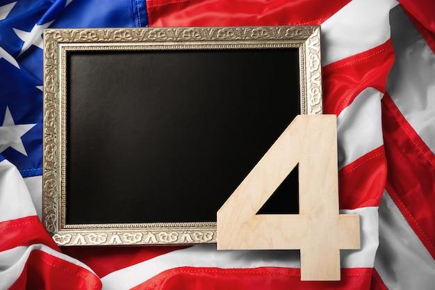 Conceito do dia da independência. número 4 e quadro em branco no fundo da bandeira americana