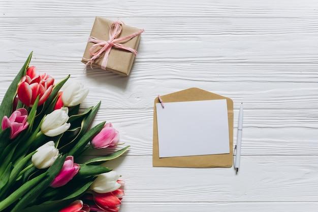 Conceito do dia das mães. buquê de tulipas, cartão postal com cópia espaço e presente.