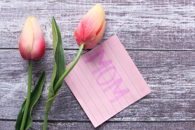 Conceito do dia das mães com flor tulipa e texto da mãe na nota adesiva