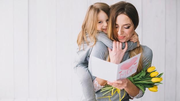 Conceito do dia das mães com mãe e filha felizes