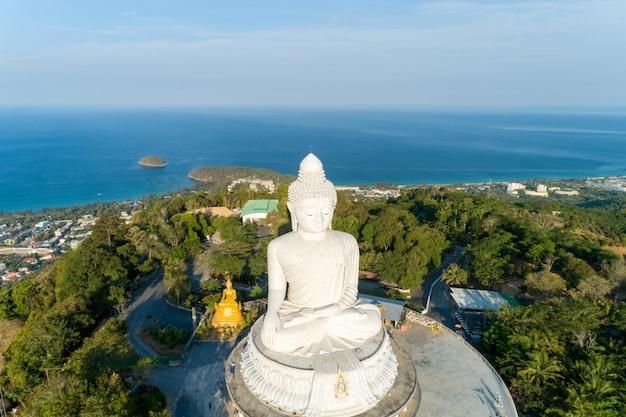 Conceito do dia de vesak de buddha grande sobre a montanha alta em phuket tailândia tiro do zangão da vista aérea.