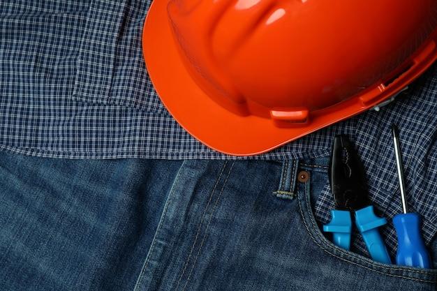 Conceito do dia do trabalho com ferramentas em jeans, close-up