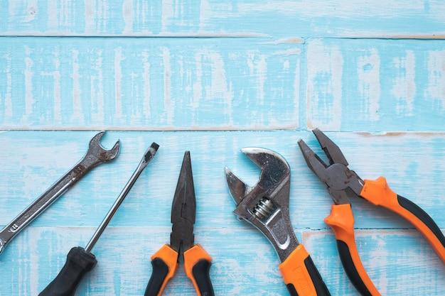 Conceito do dia do trabalho. ferramentas da construção na superfície de madeira azul.