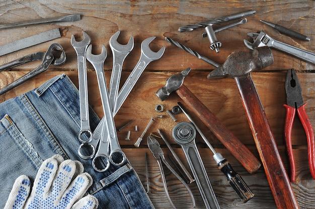 Conceito do dia do trabalho jeans, martelo