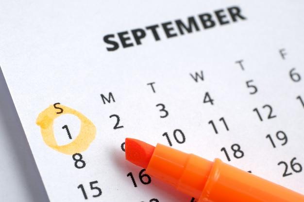 Conceito do dia do trabalho. o primeiro de setembro é marcado no calendário 2019 com um marcador laranja.