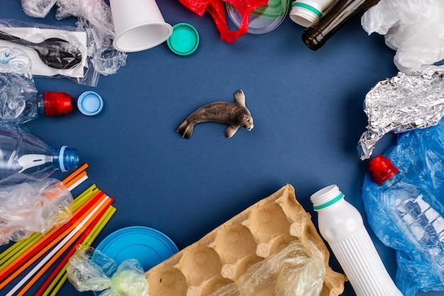 Conceito do dia mundial do meio ambiente. a mão do homem segura a baleia azul em um saco plástico.