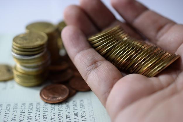 Conceito do dinheiro da economia pré-ajustado à mão com moeda do dinheiro. negócio em crescimento