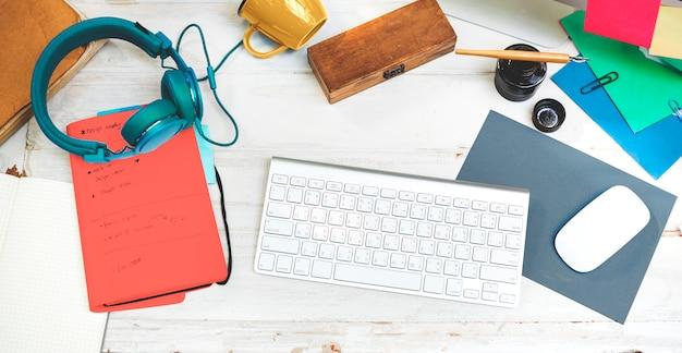 Conceito do equipamento do espaço de trabalho do local de trabalho dos artigos de papelaria dos objetos